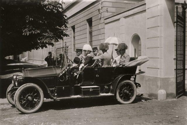 František Ferdinand d`Este s chotí při odjezdu z kasáren v Sarajevu 28. 6. 1914, krátce před prvním atentátem. Vpředu řidič Leopold Lojka, osobní myslivec Gustav Schneiberg, uprostřed hrabě František Harrach a generál Oskar Potiorek