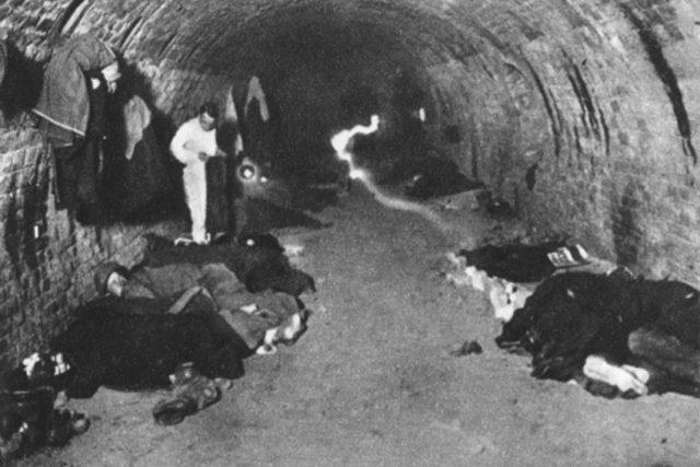 Nezaměstnaní přespávají v cihelně, 1933