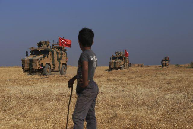 Turecká obrněná vozidla hlídkují na hranici se Sýrií