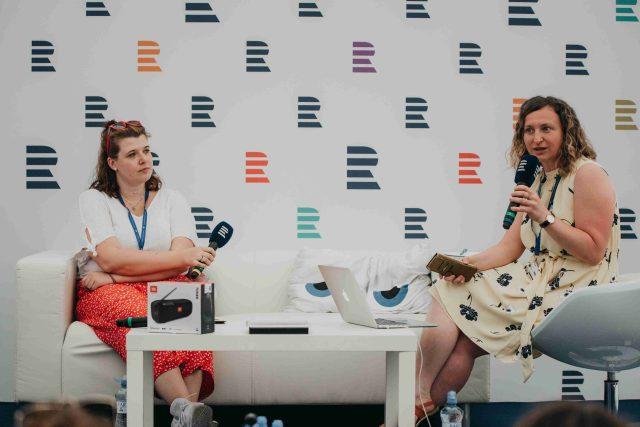 Filmová kritička serveru iROZHLAS.cz Kristina Roháčková (vlevo) a Lenka Kabrhelová během natáčení podcastu Vinohradská 12 na Letní filmové škole v Uherském Hradišti
