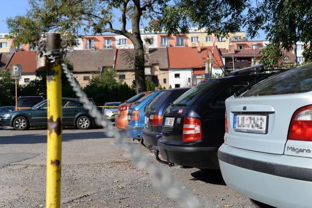 Většina řidičů za parkování u Domu hudby v Pardubicích neplatí