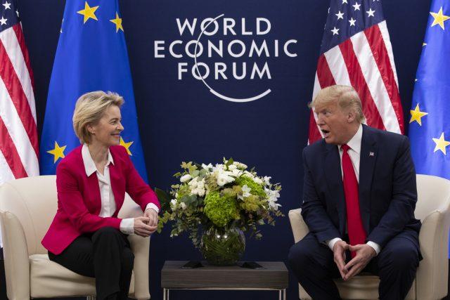 Předsedkyně Evropské komise Ursula von der Leyenová a americký prezident Donald Trump ve švýcarském Davosu