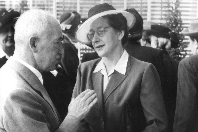 Československý prezident Edvard Beneš hovoří s předsedkyní Rady československých žen Miladou Horákovou na snímku z roku 1947 v Praze