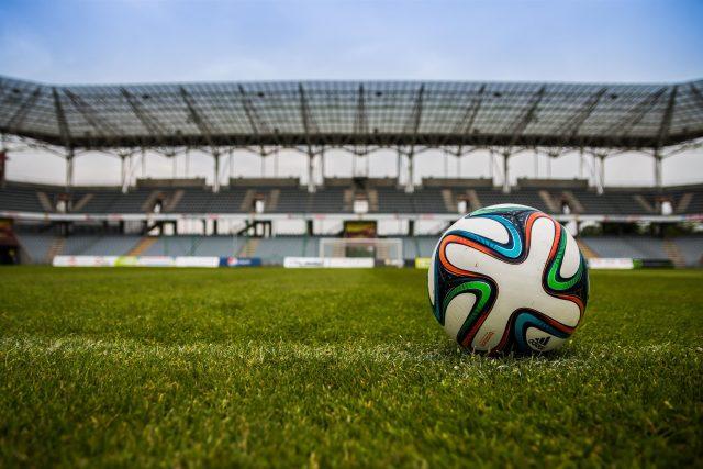 fotbalový míč, prázdný stadion