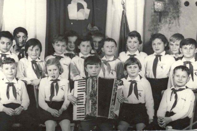 Takhle si je komunisté představovali: hodné, usměvavé děti s rudými šátky. Pionýři v 60. letech
