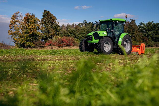 Farma Petráveč,  pole s hrachem a kmínem | foto: Marie Bartošová