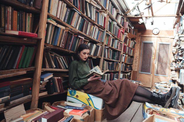 Mladá žena,  knihy,  knihovna,  antikvariát  (ilustrační foto)   foto: Profimedia
