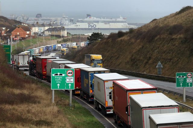 Tisíce kamionů čekají desítky hodin na nalodění na trajekty do Británie   foto: Fotobanka Profimedia