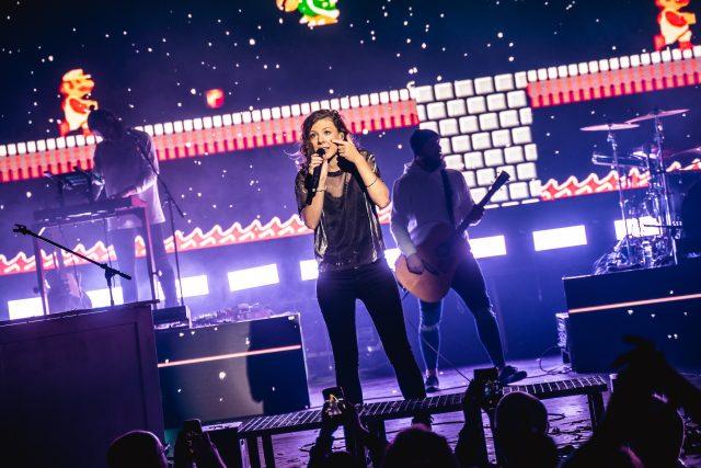Zpěvačka Lenny během vystoupení