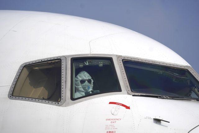Pilot nákladního letadla na letišti ve Wu-chanu