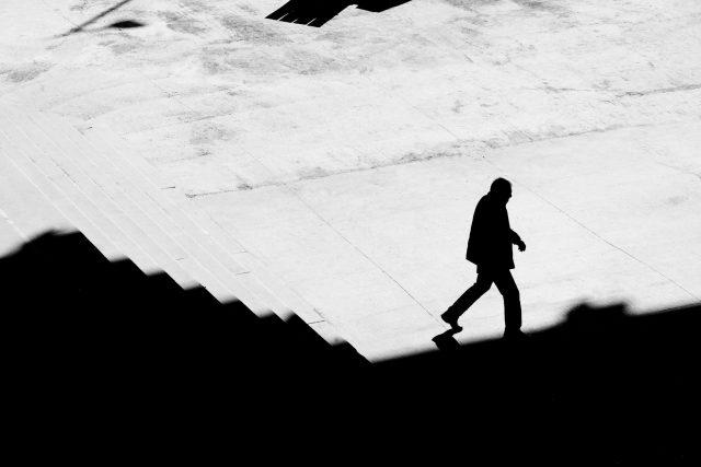 Stín,  silueta muže,  chůze po schodech,  město,  samota  (ilustrační foto) | foto: Profimedia