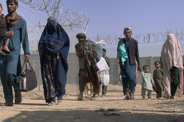 Obyvatelé Afghánistánu opouští zemi po převzetí moci Tálibánem | foto: ČTK/AP