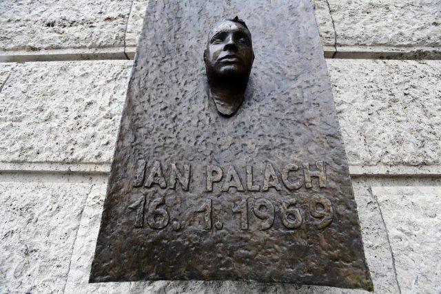 Pamětní deska Jana Palacha na pražské Filozofické fakultě