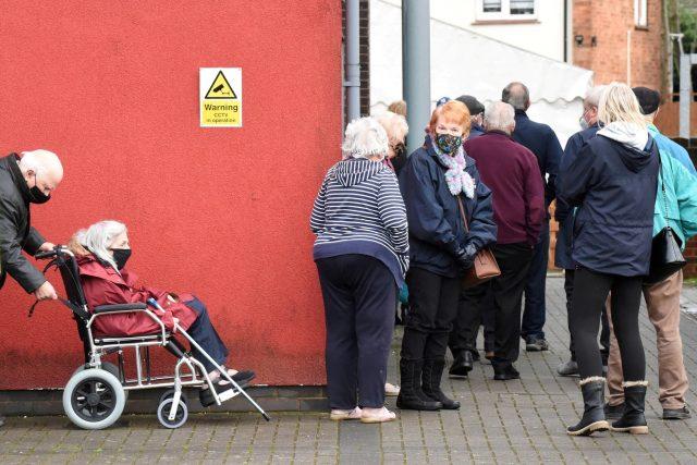 Senioři v Londýně čekají na očkování proti covidu-19