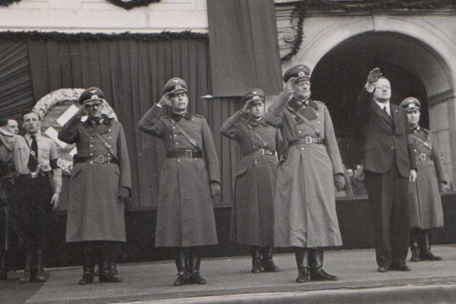 15. březen 1939 na náměstí v Českých Budějovicích. Snímek zachycuje uvítání německých velitelů před radnicí tehdejším vládním komisařem města Friedrichem Davidem