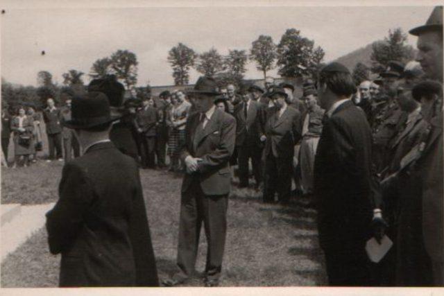 Setkání přeživších z pochodu smrti ze Schwarzheide do Terezína v Chřibsku 1948