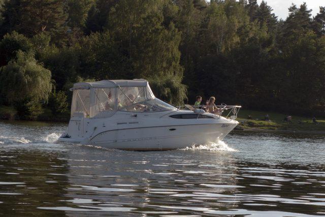 Motorový člun na Slapech