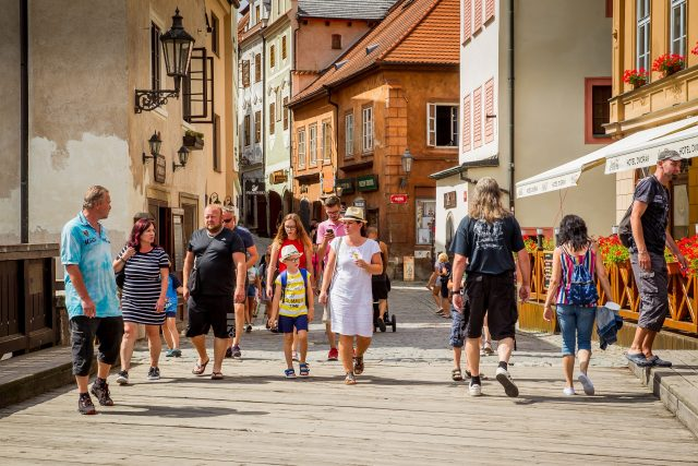 Český Krumlov v posledních dvou sezónách navštěvují hlavně čeští turisté | foto: Petr Lundák,  MAFRA / Profimedia