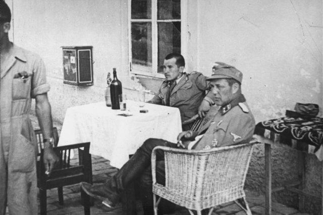 Vjekoslav Luburić s německým důstojníkem v koncentračním táboře Stara Gradiška