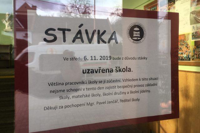 Informační cedule o stávce učitelů na ZŠ Jarošov v Uh. Hradišti