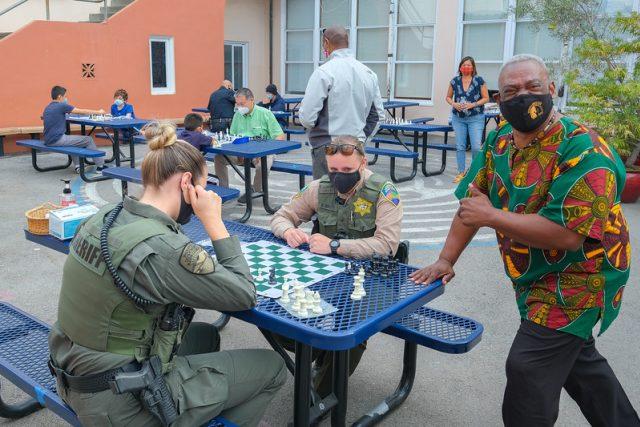 Christopher Major učí děti hrát šachy | foto: Dennis Callahan,  Archdiocese of San Francisco