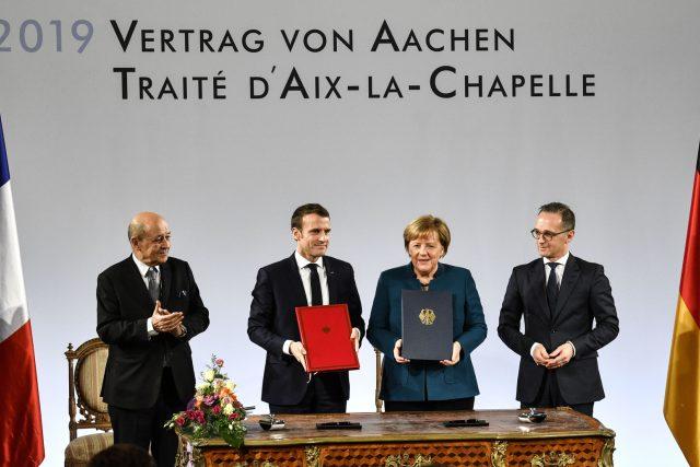 Smlouvu o spolupráci podepsali Angela Merkelová a Emmanuel Macron v Cáchách