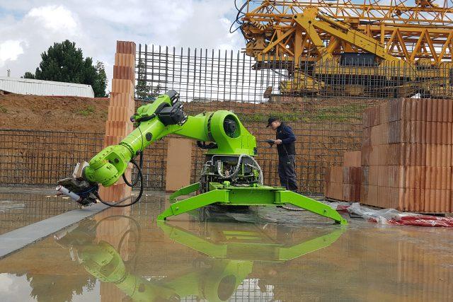 Robot zedník při práci