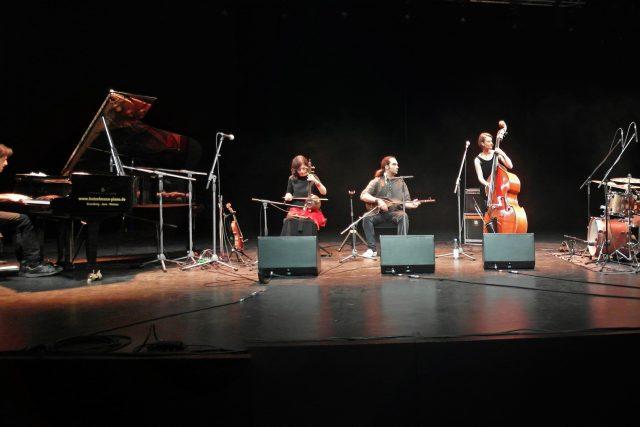 Kurdophone při koncertě na festivalu v německém Rudolstadtu