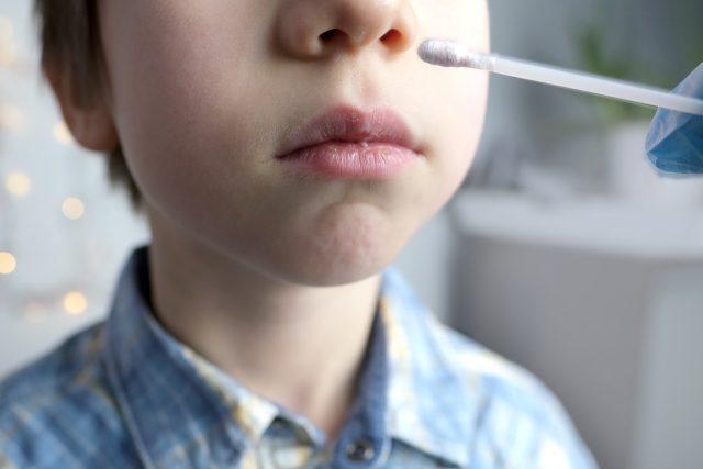 Testování dětí na covid-19 (ilustr. obr.)