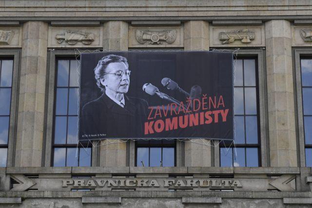 Na budově Právnické fakulty Univerzity Karlovy v Praze visí plakát s portrétem Milady Horákové a nápisem Zavražděna komunisty