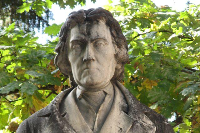 Busta Josefa Dobrovského od Tomáše Seidana