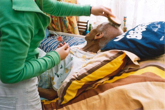 Domácí hospic, seniorka, pečovatelka, ošetřovatelka, umírání, terminální fáze, ilustrační foto