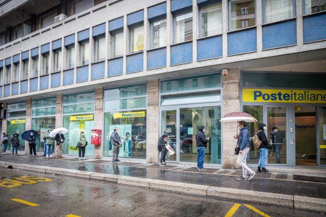 Dlouhá fronta před italskou poštou