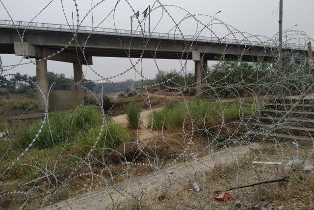 Největší thajsko-barmský hraniční přechod zavřely covid-19 a nepokoje v Barmě. Thajská armáda ještě přidala žiletkový plot | foto: David Jakš,  Český rozhlas,  Český rozhlas