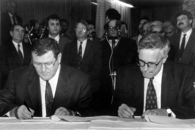 Rozpad Československa. Vladimír Mečiar a Václav Klaus podepisují dohodu o rozdělení republiky | foto: Národní muzeum
