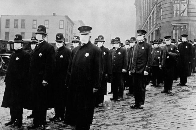 Američtí policisté s rouškami v době španělské chřipky v roce 1918 | foto: Profimedia