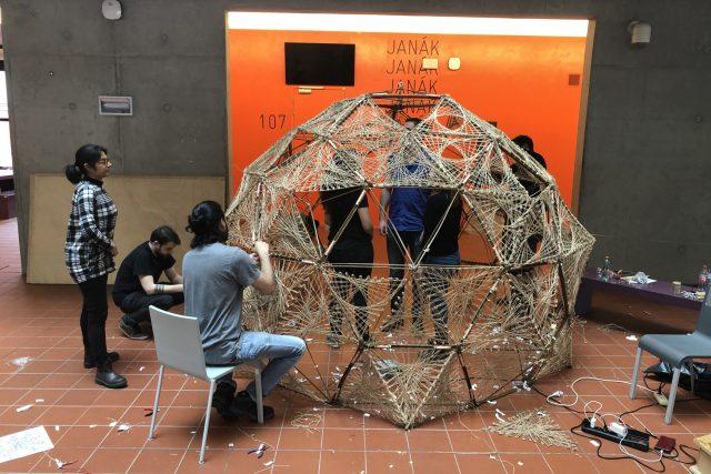 Studenti Fakulty architektury svazují dohromady konstrukci kulovitého pavilonu | foto: Vojtěch Koval,  Český rozhlas