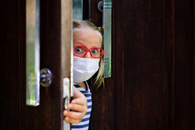 Holčička s rouškou a brýlemi | foto: Profimedia