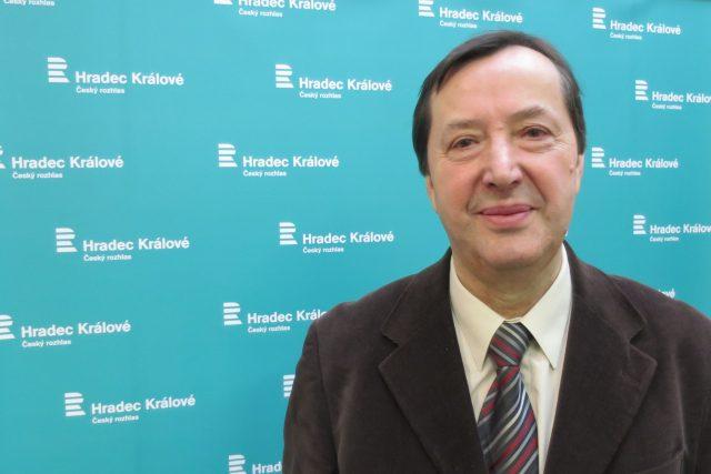 doc. PhDr. Jaromír Kovárník, CSc. ve studiu Českého rozhlasu Hradec Králové