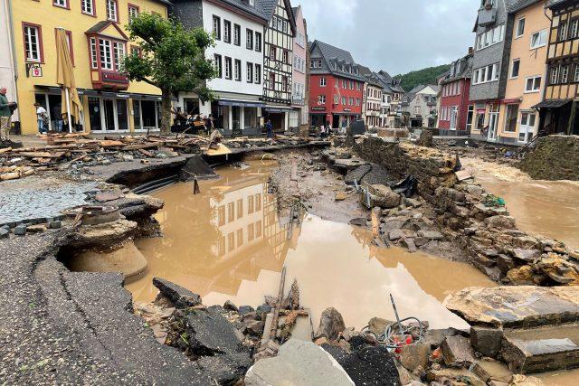 Povodně v Bad Münstereifel. V Německu během povodní zahynulo několik desítek lidí