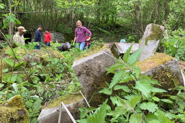 Staré německé náhrobky vyprošťují ze skládky v Zubrnicích dobrovolníci | foto: Daniela Pilařová,  Český rozhlas