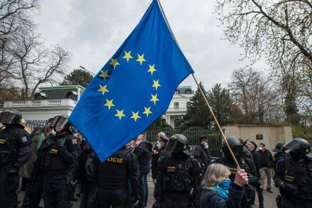 Demonstrace před ruskou ambasádou v Praze.