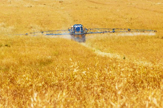 postřik - pesticidy - pole
