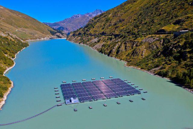 Solární plovoucí elektrárna ve Švýcarsku na nádrži Lac des Toules