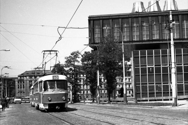 Průhled Vinohradskou ulicí stramvajovou tratí anovou budovou Federálního shromáždění, 1974