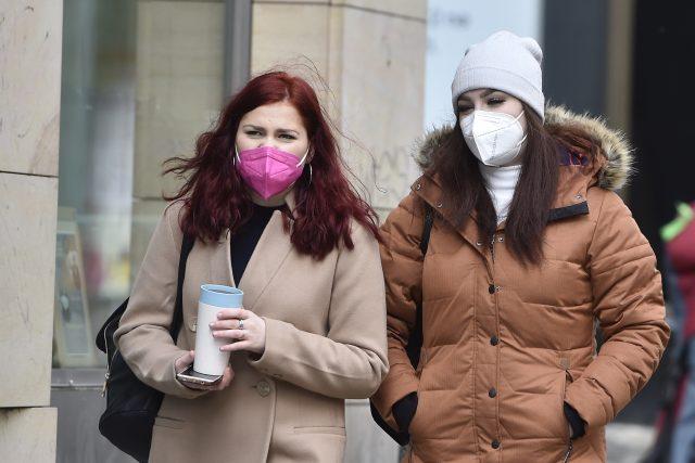 Ženy s respirátorem