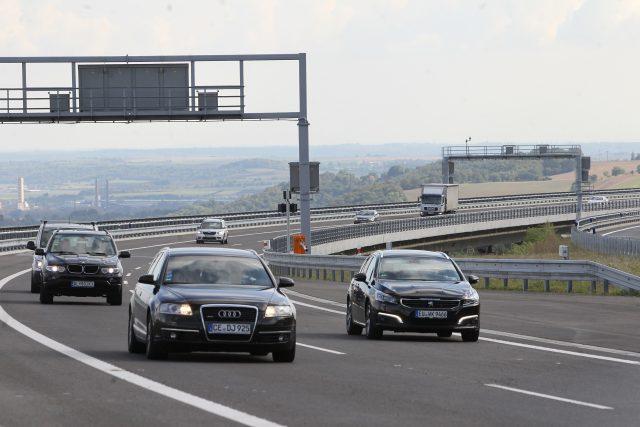 Automobily na dálnici D8