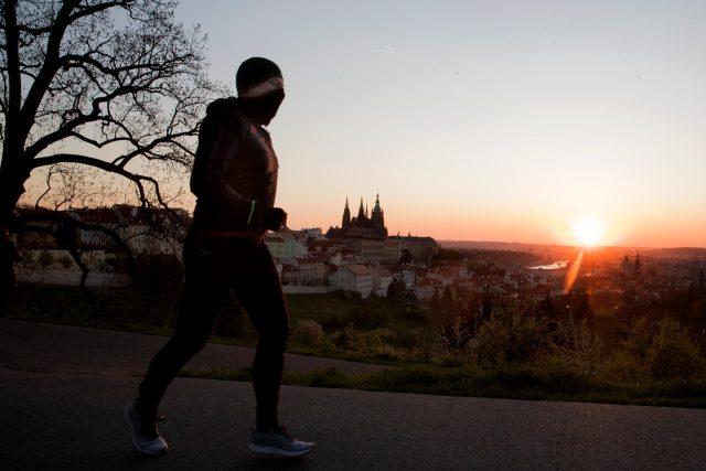 Běžec a východ slunce nad Prahou
