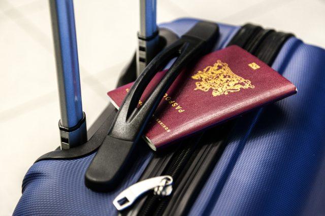 Vybrat destinaci, koupit letenku a zabalit. Vydejte se na cesty sami