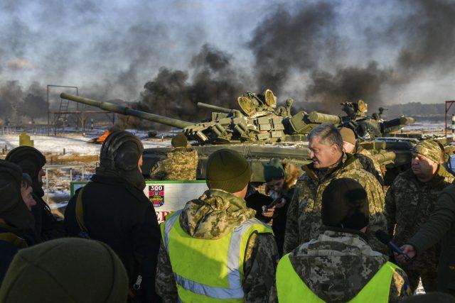 Ukrajinský prezident Petro Porošenko s vojáky během vojenského výcviku na vojenské základně v oblasti Černihiv na Ukrajině